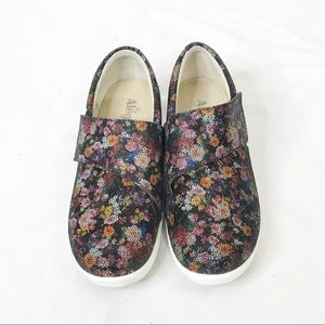 Alegria Qin slip on shoes in garland print size 40